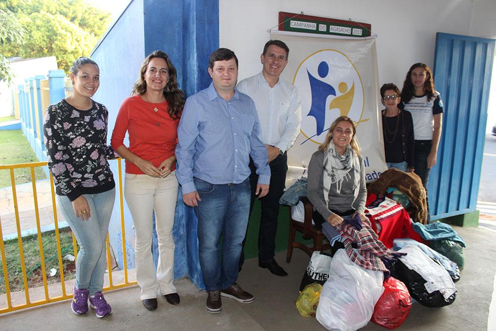 Faculdade Reges de Osvaldo Cruz entrega agasalhos doados por alunos e funcionários